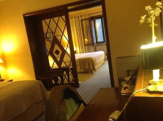 Hotel Lisboa Plaza: Chambre quadruple de bon standing (très bonnes literies, 2 TV, bureau, grande SDB).