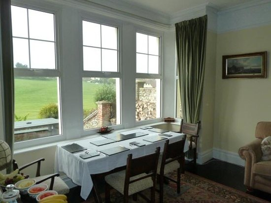 Brecon Guest Accommodation: Breakfast overlooking the golf course