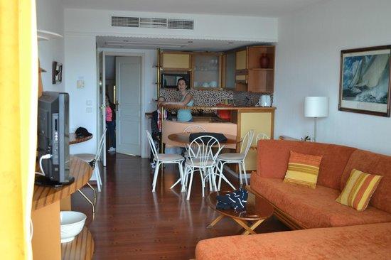 Le Quai Des Princes: espace salle a manger/cuisine