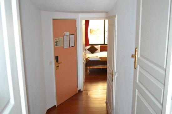 Le Quai Des Princes: couloir vers la chambre
