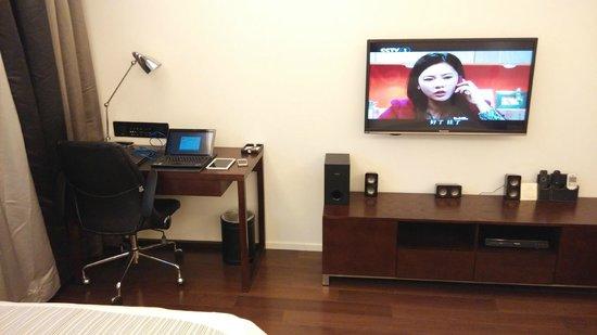 Starr Hotel: office desk and tv set