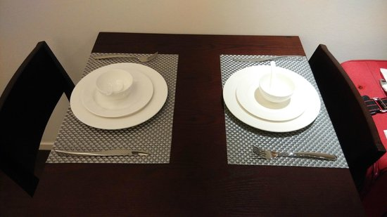 Starr Hotel: dinning table (with basic kitchenware provided)