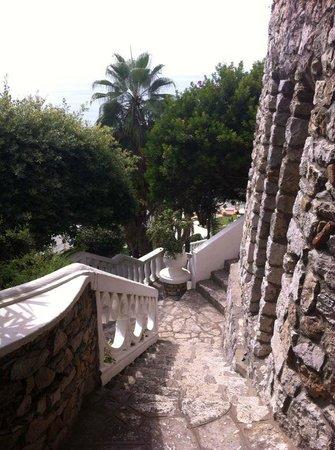 Grand Hotel Le Rocce: Scale per raggiungere la spiaggia
