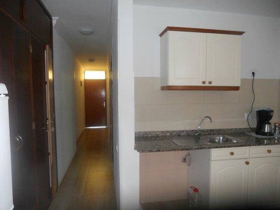 Apartamentos El Palmar: kitchen/hallway
