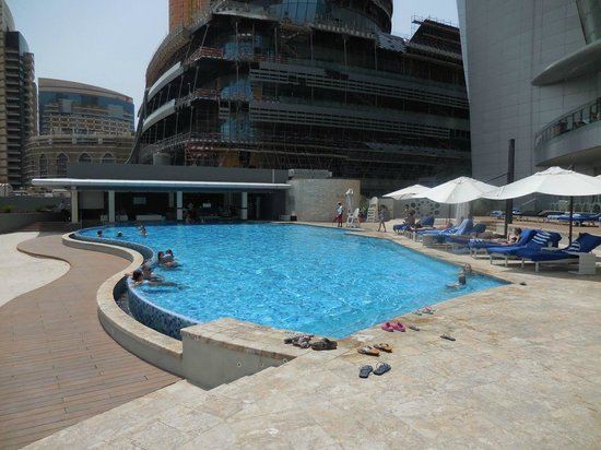 Jumeirah at Etihad Towers: West poolside with view of ongoing construction