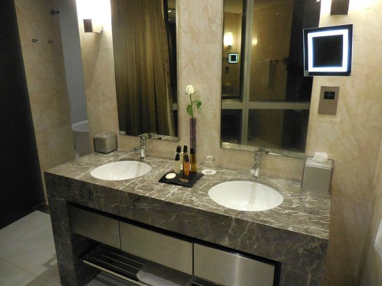 Jumeirah at Etihad Towers: Washbasins deluxe room
