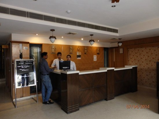 Hotel Merlot Inn: The front desk