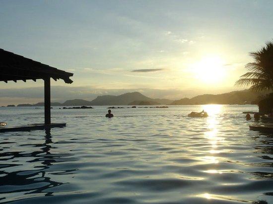 Golden Tulip Angra dos Reis: Vista do pôr do sol da piscina - imperdível!