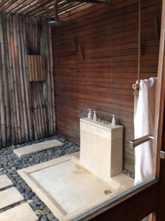 Six Senses Con Dao : Outdoor rain shower stall