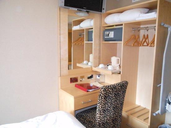 BEST WESTERN PLUS Academy Plaza Hotel: impossibile passare per un lato del letto