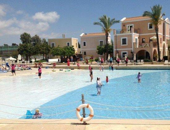 Aliathon Holiday Village: Entertainment at the pool