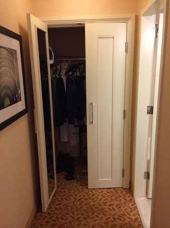Crystal City Marriott at Reagan National Airport : Closet and bathroom to the right
