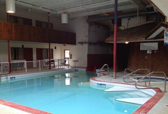Westwood Inn: Pool, waterslide and hot tub