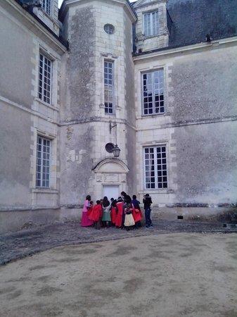 Camping Huttopia Rillé : visite des enfants chateau gizeux en costumes de princes, princesses, chevaliers, fée