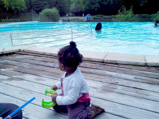 Camping Huttopia Rillé : Piscine avec pataugeoire pour les petits