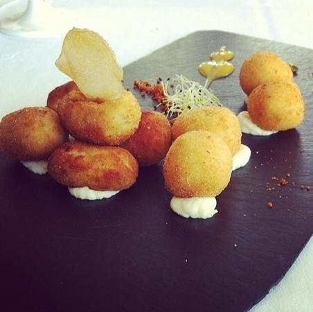 Parador de Salamanca: Restaurante Parador: Croquetas de bacalao y jamón sobre crema de queso semicurado