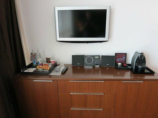 Sheraton Porto Hotel & Spa: TV (a bit small by today's standards)