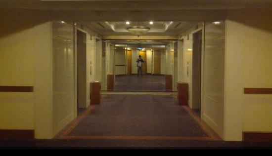 Hotel Menara Peninsula : suasana lorong