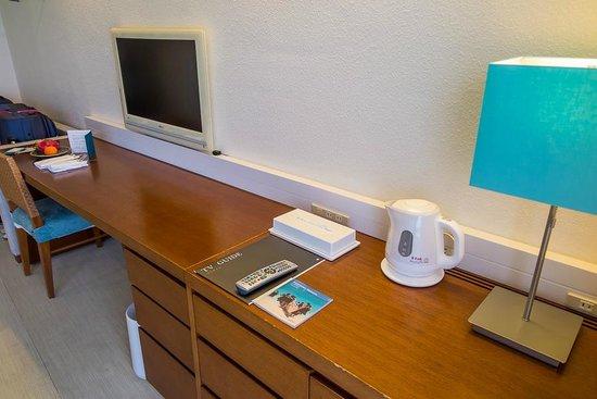 ANA InterContinental Manza Beach Resort: TV/work desk