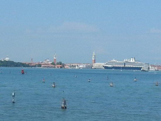 Hotel Panorama: Kreuzfahrtschiff vor dem Dogenpalast