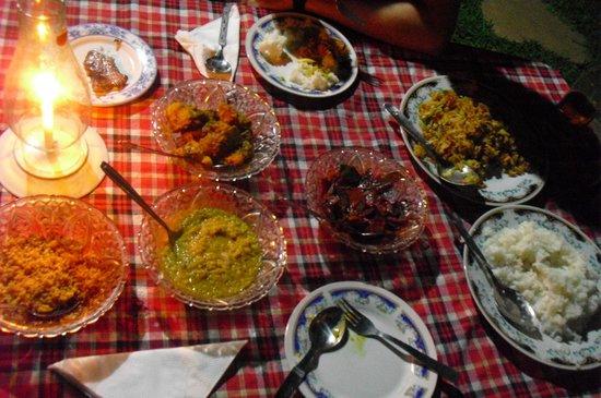 Palm Garden Guest House : repas du soir servi dans le jardin