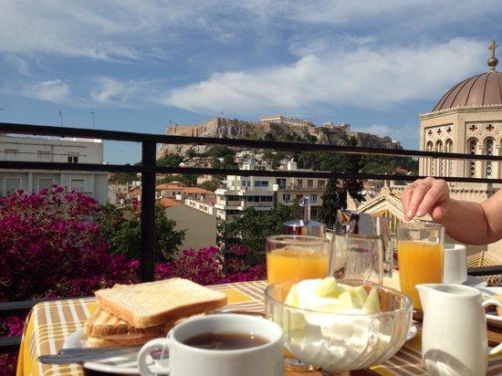 Hotel Metropolis: Petit-déjeuner sur la terrasse de l'hôtel