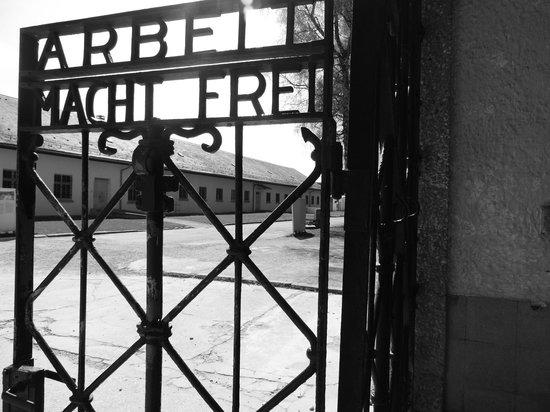 """Dachau Concentration Camp Memorial Site: Portão de entrada com a inscrição: """"O trabalho liberta"""""""