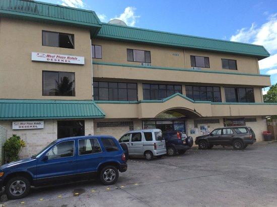 West Plaza Hotel Desekel : 左の青い車の後ろが入口。