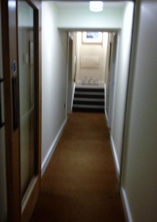 South Sands Hotel: Hallway to our room on the 1st floor.