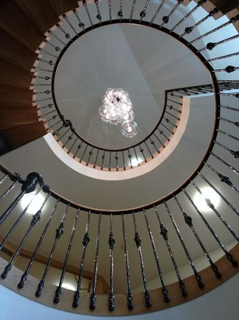 South Sands Hotel: View of staircase from below