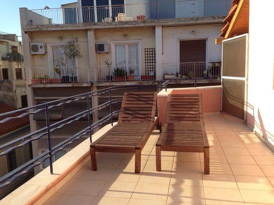Hotel Metropolis: Chaises longues du balcon de la chambre 52