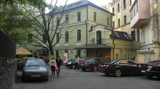 Dream House : hostel courtyard