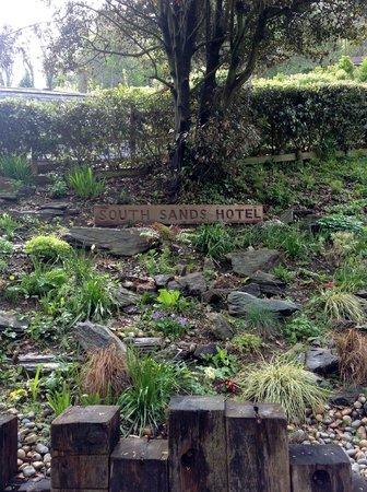 South Sands Hotel: Garden in parking area