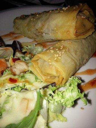 Clandestino: Rollitos de pulpo y patata, con salsa agridulce y picante.