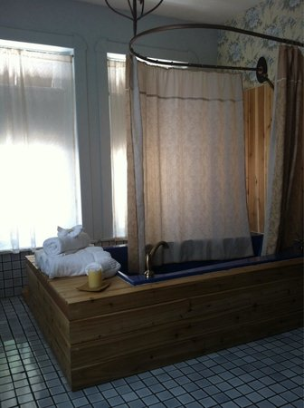Palace Hotel & Bath House Spa: Rm 6. Balcony room