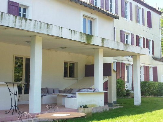 Chateau Lavail : espace détente/piscine