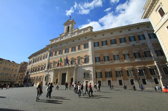 Colonna Palace Hotel: Parlamentsgebäude direkt vor dem Hotel