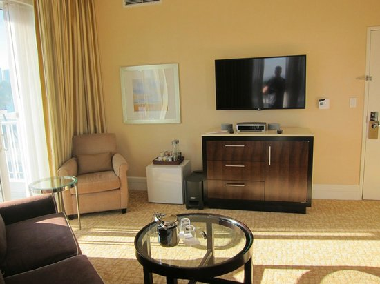 The Beverly Hilton: View inside the room - new TV's!