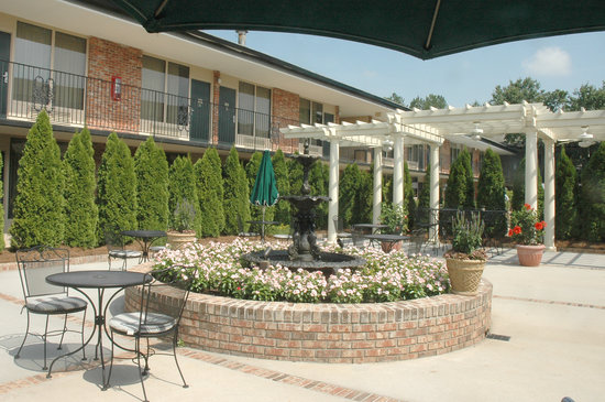 Lafayette Garden Inn & Conference Center: GARDEN & COURTYARD