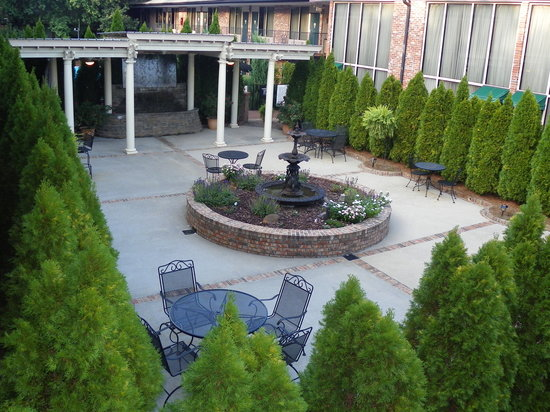 Lafayette Garden Inn & Conference Center: COURTYARD & GARDEN