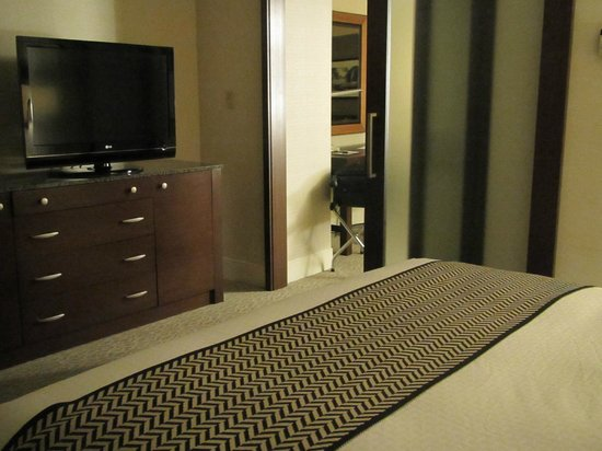 DoubleTree by Hilton - Washington DC - Crystal City : King suite bedroom