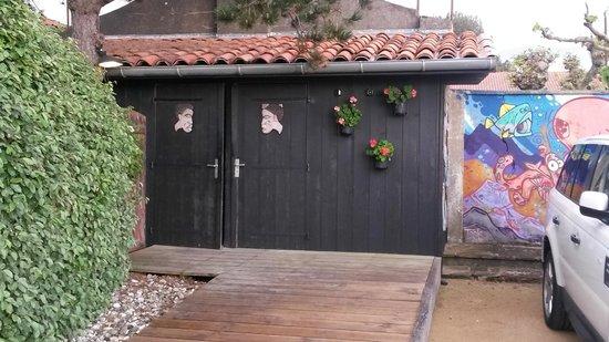 Ostalamer : Toilettes à l'extérieur sur le parking du restaurant
