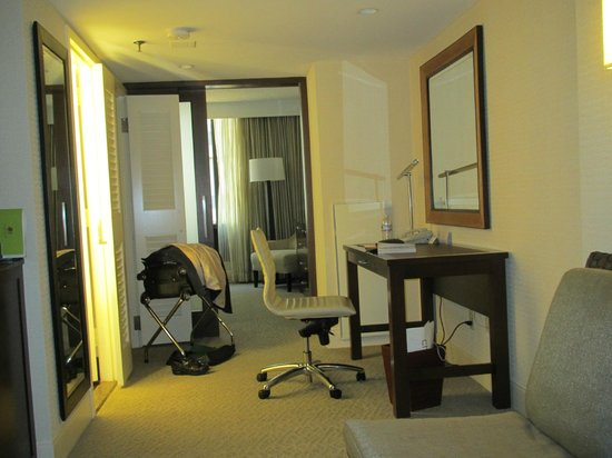 DoubleTree by Hilton - Washington DC - Crystal City : View towards bedroom from living area