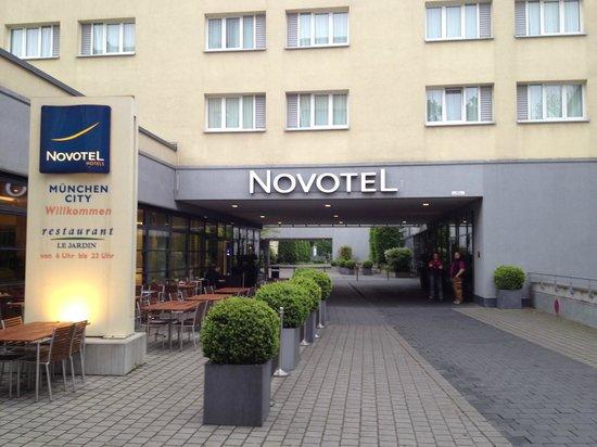 Novotel Munich City: Вход в отель