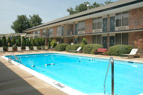 Lafayette Garden Inn & Conference Center: 9 foot swimming pool