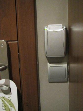 ApartoSuites Jardines de Sabatini: Energy-efficient lighting system.