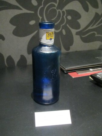 ApartoSuites Jardines de Sabatini: Complimentary bottle of mineral water in room