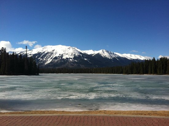 Fairmont Jasper Park Lodge: View over lake in front