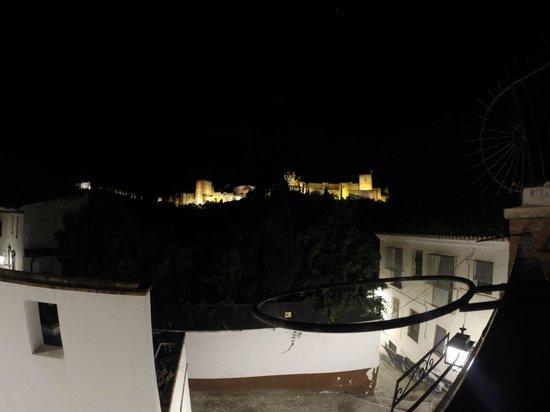 Restaurante El Agua: Vistas desde la terraja. Ojo que la foto engaña, esta mucho más cerca la Alhambra