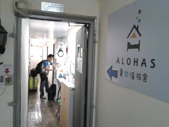 Alohas Hostel: direction sign near by the main door
